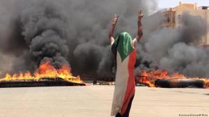 تكشير الجيش السوداني عن أنيابه أسفر عن يوم دام سقط فيه عشرات القتلى والجرحى.