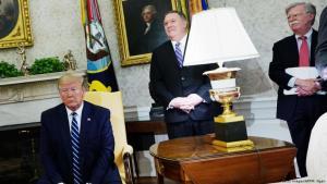 ترمب مع وزير الخارجية الامريكي ومستشار الامن القومي بومبيو