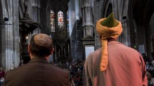 """مشتركون في الإيمان: الحاخام توم كوهين، مؤسِّس كنيس باريس """"كهيلات غيشر"""" اليهودي الأمريكي الفرنسي، وعبد الحفيظ بن شوق، ممثِّل الطريقة النقشبندية الصوفية في فرنسا أثناء الدورة الرابعة من فعالية """"الليلة المقدَّسة 2019""""."""