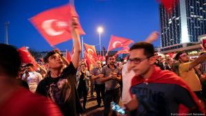 أتراك يحتفلون في ميدان تقسيم الشهير في إسطنبول بفشل المحاولة الانقلابية قبل ثلاث سنوات Foto: picture-alliance