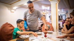 تحتفل عائلة موسى زاده عادةً في مساء الجمعة بيوم السبت في المنزل. اليهود في إيران. Foto: Jan Schneider