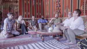 """طارق منيب، كاتي أبيلدورن، جاسون رينولدز، مارك سبالدينغ، براين كوبيليك، إلين، تيري ديكر  - من فيلم """"رحلة مجانية إلى مصر"""".  from the film """"Free Trip to Egypt"""""""