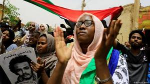 سودانيات وسودانيون يحتفلون بالإتفاق بين المجلس العسكري الحاكم وقوى المعارضة.