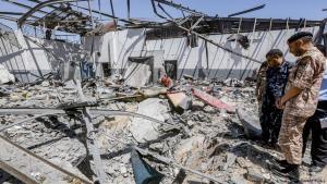 في مطلع تموز/ يوليو تعرض مخيم اللاجئين في تاجوراء إلى قصف جوي اسفر، حسب معلومات الأمم المتحدة، عن مقتل 53 شخصا وإصابة قرابة 130 آخرين بجروح مختلفة; Foto: Getty Images/AFP
