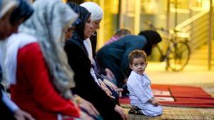 مسلمون في ألمانيا مجتمعون في رمضان مع أطفالهم في مسجد.  Foto: picture-alliance/dpa/S. Kahnert