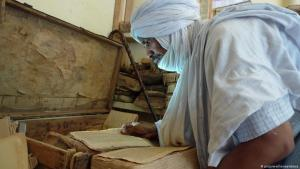 أحد الطوارق يتفحص المخطوطات التاريخية في مدينة تمبكتو في مالي - أفريقيا.  Foto: picture-alliance/abaca