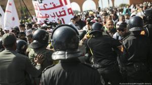 قوات الأمن تحاول تفريق المعلمين المحتجين في الرباط - المغرب.  (photo: picture-alliance/AP Images/M. Elshamy)