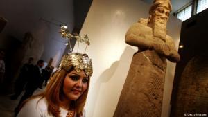 إحدى موظفات المتحف العراقي ببغداد تستقبل الزائرين الجدد. المتحف كان عام 2014 مغلقاً منذ أكثر من عشر سنوات. المتحف العراقي هو أكبر متاحف البلد وأقدمها. تعرض المتحف في سنة 2003 لعملية نهب وتدمير كبيرة ونهبت منه أكثر من 15 ألف قطعة أثرية.