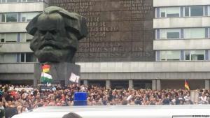 ما زال تمثال عملاق لكارل ماركس يهيمن على وسط مدينة كيمنتس في ألمانيا الشرقية سابقا، لكن بعد ثلاثة عقود على سقوط جدار برلين عام 1989، فإن اليمين المتطرف هو الذي يرسخ موقعه في هذه المنطقة وسط الآمال التي خيبتها إعادة التوحيد.