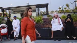 مشاعل الجالود، توقفت عن ارتداء العباءة تماما، وهي واحدة من بين عدد محدود من السعوديات فقط أقدمن على ذلك.
