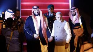 رئيس الوزراء الهندي ناريندرا مودي يصافح ولي العهد السعودي الأمير محمد بن سلمان لدى وصوله إلى مطار في نيودلهي - الهند - 19 فبراير / شباط 2019.  (photo: Reuters/Adnan Abidi)