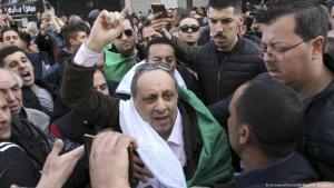 السياسي الجزائري المعارض سفيان جيلالي في مظاهرة ضد بوتفليقة - الجزائر العاصمة 24 / 02 / 2019.
