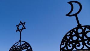 صورة رمزية - الحوار بين اليهود والمسلمين.  Foto: picture-alliance/Godong