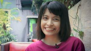 الكاتبة والروائية الإندونيسية النسوية المسلمة فيبي إنديراني. (screenshot; source: YouTube)