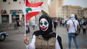 محتجة في بيروت - لبنان. احتجاج الشعوب العربية على الفساد وتردي السياسة والاقتصاد