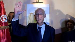 """أعلن المرشح الرئاسي قيس سعيد فوزه بالانتخابات التونسية في مؤتمر صحفي في مقره الانتخابي، الأحد، مشيرا إلى أن نتائج الانتخابات تعتبر """"ثورة جديدة""""."""