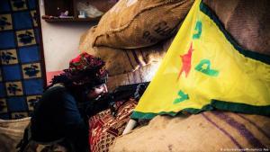 مقاتِلة من وحدات الشعب الكردية في مدينة عين العرب كوباني - سوريا.  Foto: picture-alliance/Photoshot/J.Raa