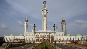 """مسجد مسالك الجنان في السنغال: بتكلفة تزيد عن 33 مليون دولار (30 مليون يورو)، تم بناء مسجد """"مسالك الجنان"""" في سبتمبر 2019. ويعتبر هذا المسجد الأكبر في غرب إفريقيا. يستوعب 15 ألف مصلٍ بداخله، و15 ألف آخرين في ساحة المسجد الخارجية. الاسم مشتق من عنوان قصيدة للشيخ أحمد بامبا، مؤسس جماعة الإخوان في القرن التاسع عشر، والذي كان يحظى بمرتبة دينية عالية."""