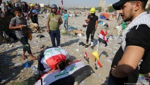 متظاهرون في بغداد ضد الطائفية والفساد.