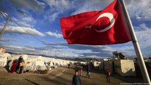 العلم التركي عند مخيم للاجئين السوريين في منطقة غازي عنتاب - تركيا - مارس / آذار 2016. (photo: picture-alliance/AP Photo/Lefteris Pitarakis)