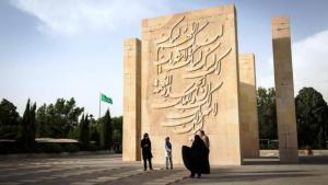 """نصوص تذكارية باللغة الفارسية والعربية والإنكليزية. جمهورية إيران الإسلامية تُعلـِّق أهمية على تمكين زوَّار المقبرة الأجانب من فهم النصوص المدوَّنة على النصب التذكارية. وهذا ينطبق بشكل محدود فقط على الجيل الأحدث من """"الشهداء"""" - أي الإيرانيين الذين سقطوا وهم يقاتلون إلى جانب الجيش السوري. لا توجد أرقام رسمية حول عدد المواطنين الإيرانيين الذين سقطوا في سوريا، غير أنَّ قبورهم واضحة للعيان في المقابر الإيرانية."""