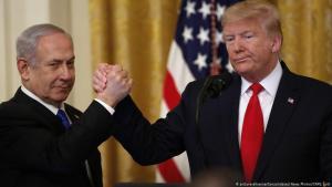رئيس الولايات المتحدة دونالد ترامب يصافح رئيس الوزراء الإسرائيلي بنيامين نتنياهو في البيت الأبيض في 28 / 01 / 2020.  (photo: picture-alliance/CNP/J. Lott)