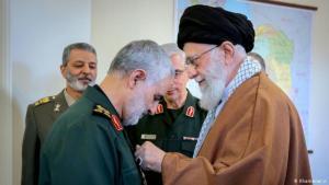 علي خامنئي مرشه الثورة الإسلامية في إيران مكرما الجنرال قاسم سليماني