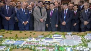 """ملك المغرب محمد السادس مستقبلا ممثلي الشركات الصينية في مارس (آذار) 2017، خلا افتتاح مشروع بناء مدينة صناعة باسم """"طنجة تيك""""؛ على مساحة ألف هكتار في شمال المغرب. (photo: Getty Images/AFP/F. Senna)"""