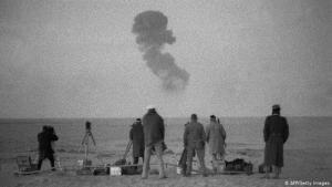 مسؤولون يشاهدون تجربة نووية فرنسية في الصحراء الجزائرية. (photo: AFP/Getty Images)