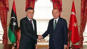 الرئيس التركي رجب طيب أردوغان مستقبلا رئيس الحكومة الليبية السراج في أنقرة.