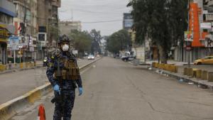 جندي مسلح يراقب حظر التجول المفروض من قِبَل الحكومة العراقية في شوارع بغداد خشيةً من انتشار فيروس كورونا.   Foto: dpa