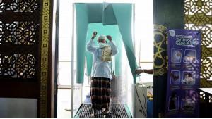 مساجد إندونيسيا لم تغلق أبوابها أمام المصلين رغم تحذيرات الأطباء من خطر انتسار فيروس كورونا