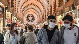 زوار سوق التوابل التاريخي في منطقة إيمينونو في اسطنبول في 13 مارس / آذار 2020 - تركيا. Foto: AFP/O.Kose