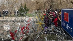 مهاجرون متجمعون أمام المعبر الحدودي المغلق بمنطقة إدرنة التركية محاولين عبور الحدود إلى اليونان.  Foto: picture-alliance