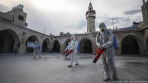 غزة - فلسطين - إجراءات رش مضادات لفيروس كورونا الجديد في باحة أحد المساجد