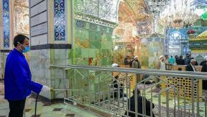 تعقيم أحد المساجد في مدينة قُم - إيران. Foto: Tasnim