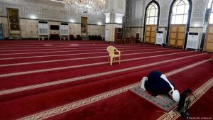 إمام يصلي وحده في مسجد في بغداد بعد الإعلان عن تعليق إقامة الصلوات في جميع المساجد والجوامع في البلاد حتى إشعار آخر، مع الاكتفاء برفع الأذان للصلوات الخمس في مواقيتها، وذلك بهدف كبح جماح فيروس كورونا.