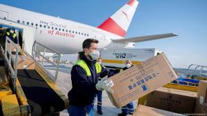 مساعدات طبية صينية إلى دول في مختلف أنحاء العالم، فقد أرسلت بكين أطباء وأدوية وأجهزة إلى صربيا وإيطاليا وإيران والعراق وعشرات الدول الأخرى التي تعاني من فيروس كورونا