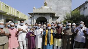 مسلمون في صلاة الجمعة بمنطقة أحمد أباد في الهند.  Foto: AP/picture-alliance