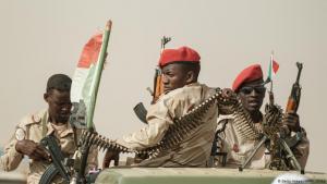 ; Foto: AFP/Getty Images جنود من قوات الدعم السريع، وهي منظمة شبه عسكرية في شمال غرب العاصمى السودانية الخرطوم