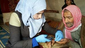 عضوة في الخوذات البيضاء تساعد طبياً أحد المدنيين - سوريا.  (photo: Syria Civil Defence)