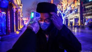 فحص وقياس درجة حرارة أشخاص محتمل أن يكونوا مصابين بفيروس كورونا. Foto: Getty Images/K.Frayer