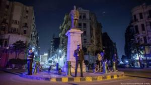 قوات الأمن المصرية تطوِّق الطرق خلال ساعات حظر التجول كإجراءات وقائية بسبب تفشي فيروس كورونا وسط مدينة القاهرة - مارس / آذار 2020.  (photo: AP Photo/N. El-Mofty)