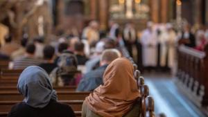 مسيحيات ومسيحون عرب أثناء قداس مسيحي في كنيسة.  Foto: imago