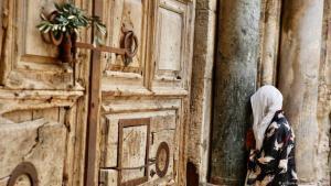 كنيسة القيامة مغلقة في عيد الفصح، القدس. لأول مرة منذ مئة عام، أغلقت كنيسة القيامة أبوابها قبيل عيد الفصح بسبب وباء كورونا.
