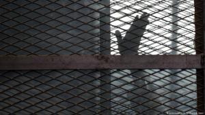 منظمات حقوقية وناشطون يتحدثون عن ظروف مأساوية يعاني منها نزلاء السجون المصرية