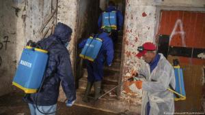 كورونا في المغرب. في الصورة متطوعون يعقمون منازل في سلا قرب الرباط. (picture-alliance/AP Photo/Elshamy)