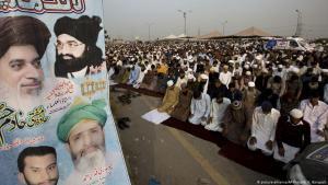 """أنصار حركة إسلامية متشددة """"لبيك يا رسول الله"""" أثناء الصلاة في إسلام أباد - باكستان. Foto: picture-alliance/AP"""