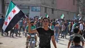 متظاهر في مدينة إدلب السورية ضد دكتاتورية الأسد في سبتمبر 2018  Foto:  (Getty Images/AFP/A. Watad)