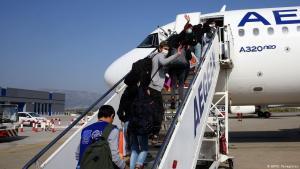 لاجئون قاصرون غير مصحوبين بعائلاتهم يرتدون أقنعة واقية، كانوا يعيشون في مخيمات المهاجرين المكتظة في الجزر اليونانية، واستقلوا طائرة في مطار أثينا الدولي للسفر إلى لوكسمبورغ في 15 أبريل 2020. (photo: AFP/O. Panagiotou)